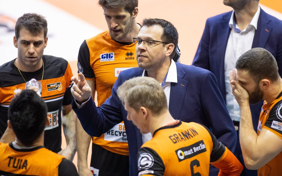 Erfolgreiche Ansprache: Berlins Trainer Cedric Enard (2.v.r) erreicht seiner Spieler