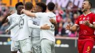 Geteilte Meinungen zum Spiel: Die Münchener Profis (links) jubeln, Köln ärgert sich.