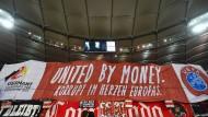 """Fanprotest in Stuttgart: Das Banner persifliert den DFB-Werbeslogan """"United bei Football""""."""