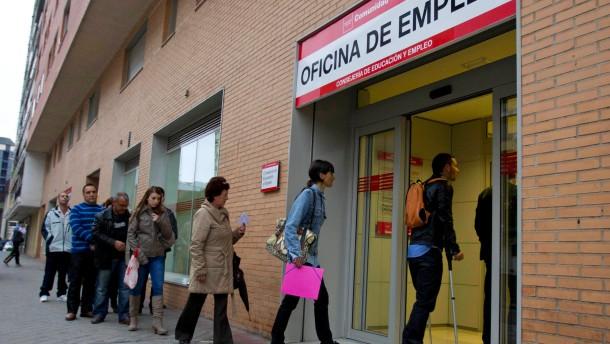 Die Schlangen vor den spanischen Arbeitsämtern werden nicht kürzer