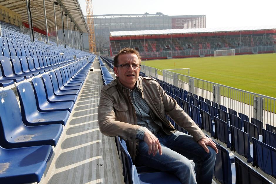 Trainer Norbert Meier sitzt schon mal Probe auf der mobilen Tribüne