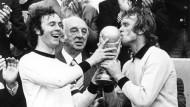 """""""Und wer deckt den Beckenbauer?"""" Später gewann Sepp Maier (rechts) mit der personifizierten Gefahr für das eigene Tor die Weltmeisterschaft"""