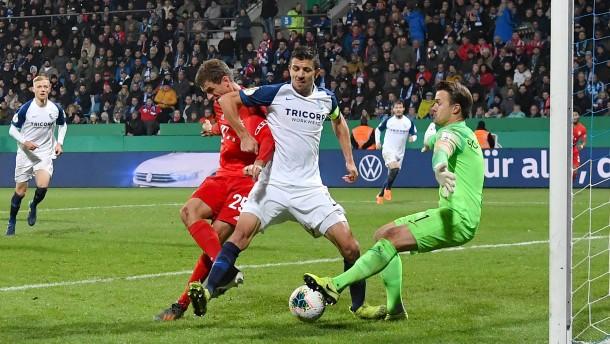 Gnabry und Müller bewahren Bayern vor Pokalaus
