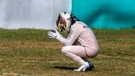 Lewis Hamilton scheidet aus und leidet leise am Wegesrand in Malaysia.