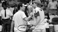 Duell zweier Tennis-Größen: Boris Becker (rechts) und John McEnroe beim Daviscup 1987.