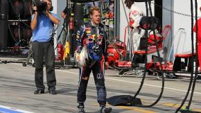Probleme mit der Lichtmaschine: Sebastian Vettel kommt zu Fuß zurück in die Box