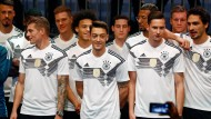 Über Berlin nach Russland: Die Nationalelf in ihren neuen WM-Trikots am Abend in der deutschen Hauptstadt.