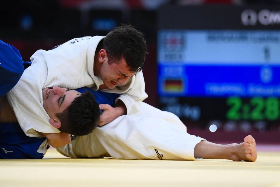 Lascha Bekauri (weiß) gewinnt das Olympia-Finale gegen Eduard Trippel.