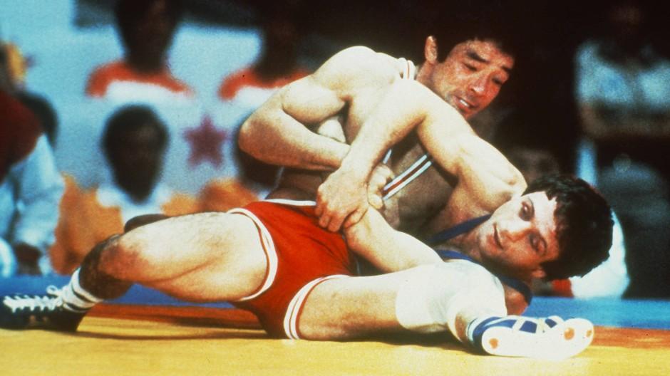 In gefährlicher Lage: 1984 gewann Pasquale Passarelli (unten) gegen den Japaner Masaki Ito Gold, nun hat er seinen härtesten Kampf vor Gericht bestanden.
