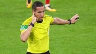 Videobeweis! Eine Geste, die die Bundesliga in dieser Saison bewegt.