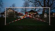 Abgesperrt: Was für Fußballtore gilt, gilt auch für Turnhallen und Schwimmbäder.