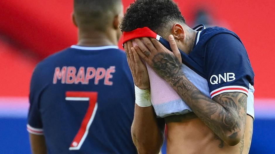 Platzverweis in Paris: Neymar will gar nicht mehr hinschauen.