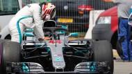 Enttäuschung: Lewis Hamilton lehnt an seinem streikenden Wagen