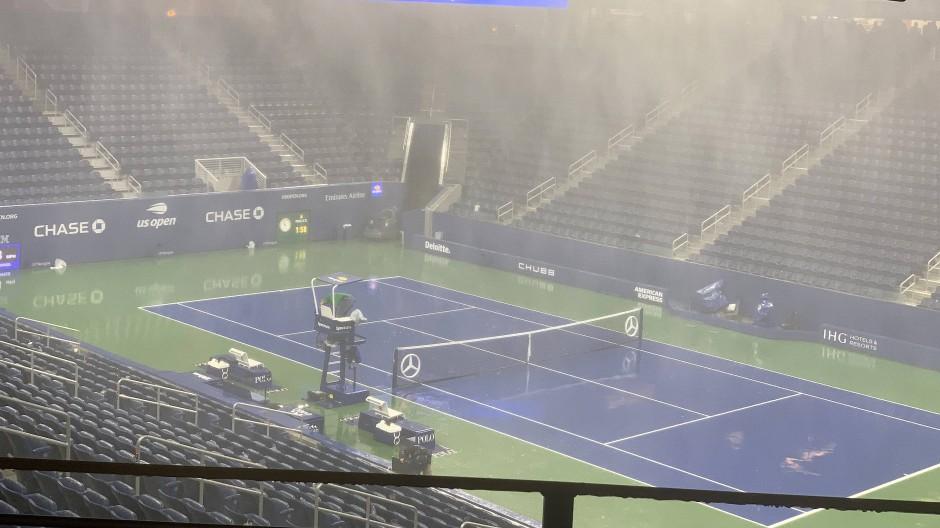 An Tennis ist nicht zu denken: In das Louis-Armstrong-Stadion in New York regnet es trotz Überdachung hinein.