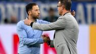 Fairer Verlierer: Schalkes Trainer Domenico Tedesco gratuliert Eintracht-Sportvorstand Fredi Bobic