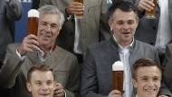 Prost: Carlo Ancelotti hatte beim Oktoberfest-Fototermin noch gute Laune