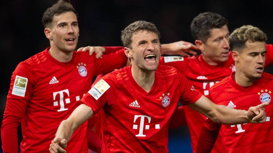 So sehen Sieger aus: der FC Bayern um Torschütze Thomas Müller (Mitte) in Berlin