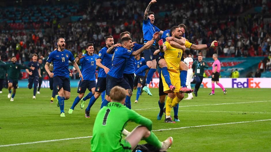 Der Moment des großen Glücks: Die italienischen Spieler jubeln über den Sieg in Finale.