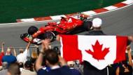 Rot-weiß-roter Renntag: Vettels Ferrari passt zur Streckenbegrenzung wie zur Fanfahne