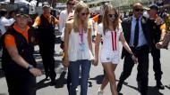 Eher nach Vettels Geschmack: Cara Delevingne (2.v.r.) auf dem Weg zu ihrem Arbeitsplatz an Hamiltons Auto