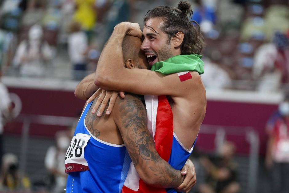 Goldener Doppelschlag: Hochspringer Gianmarco Tamber (r.) und Sprinter Lamont Marcell Jacobs liegen sich in den Armen