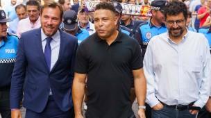 Ronaldo (Mitte) neben dem Bürgermeister von Valladolid (links) bei einer Tour durch die spanische Stadt