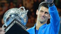 Ein gewohntes Bild: Novak Djokovic holt den Siegerpokal in Melbourne