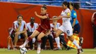 Vorkämpferin für den spanischen Frauenfußball: Vero Boquete (l.) im Duell mit der Costa Ricanerin Shirley Cruz