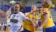 Zu wenig Durchschlagskraft: Kerstin Wohlbold (l.) kann sich zu selten gegen die Schwedinnen durchsetzen