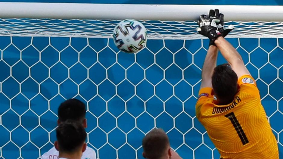 Martin Dubravka faustet einen hohen Ball in sein eigenes Tor.