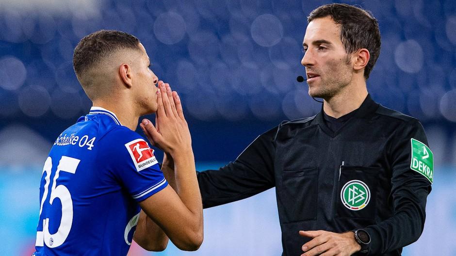 Auch das Betteln von Schalkes Amine Harit bei Schiedsrichter Benjamin Brand halt nicht.