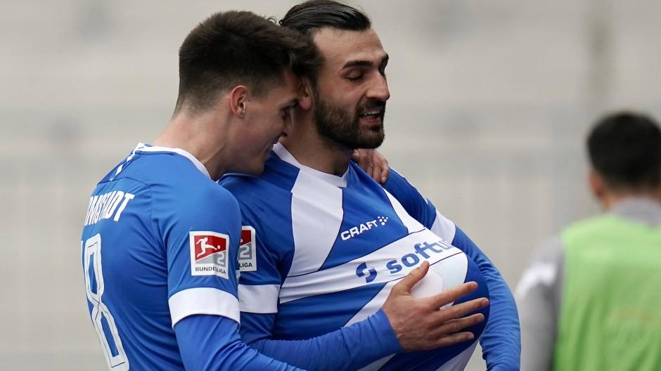 """Ein bisschen """"schwanger"""": Serdar Dursun trifft für Darmstadt gegen Aue und jubelt auf seine Art."""