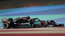 Lewis Hamilton Schnellster in der Wüstennacht