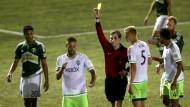 Clint Dempsey (Mitte) ist nicht einverstanden mit der Entscheidung des Schiedsrichters