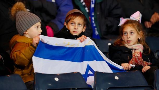 Israels Nationalelf leiht Einlaufkindern wärmende Jacken