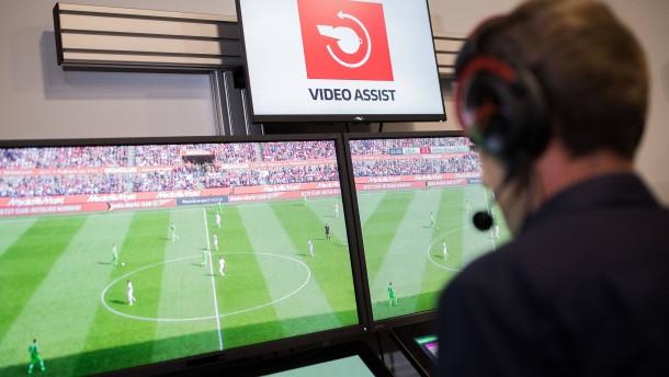Warum deutsche Schiedsrichter helfen müssen