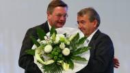 Reinhard Grindel (links, daneben Wolfgang Niersbach) ist ehrenamtlicher Schatzmeister des Deutschen Fußball-Bundes