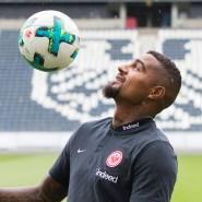 """Der """"Prince"""" ist wieder in Deutschland: Kevin-Prince Boateng hält den Ball in Zukunft in Frankfurt hoch."""