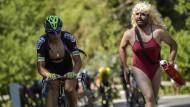Tour-Folklore: Die Rennfahrer werden auf den Bergetappen von Fans begleitet und angefeuert