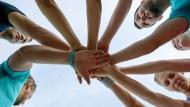 Gemeinsam sind sie stark: Rituale sollen im Sport helfen
