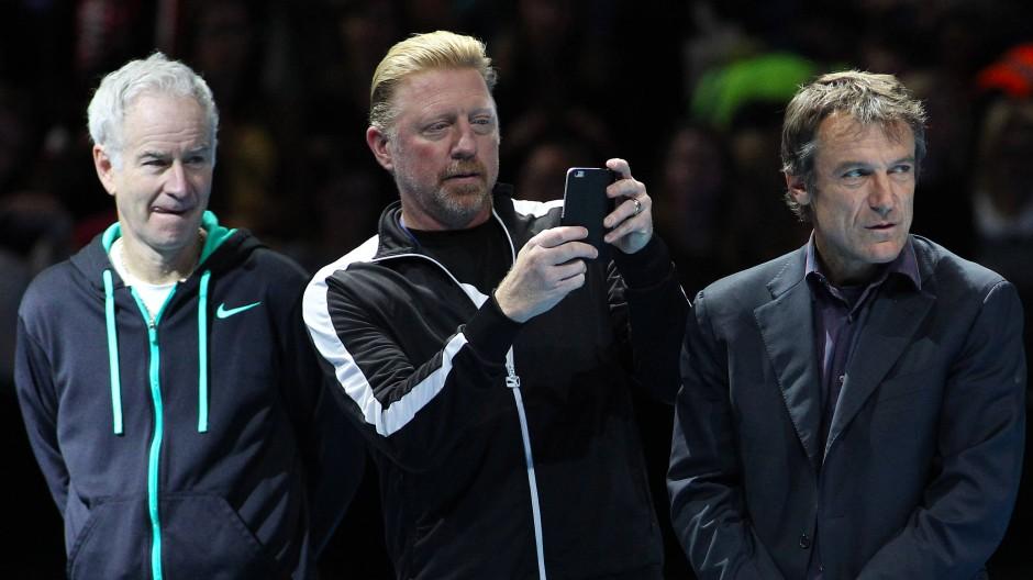 Unterschiedlicher Meinung: Boris Becker (Mitte) und Mats Wilander. John McEnroe (links) schaut zu (Bild von 2015)