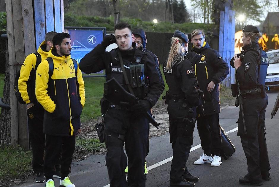 """BVB-Kapitän Marcel Schmelzer (hinten) wünschte sich, """"dass wir die tatsächlichen Hintergründe des Anschlags erfahren"""""""
