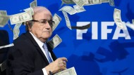 Auch Joseph Blatter stand im Jahr 2015 nicht nur beim Geldregen im Mittelpunkt.