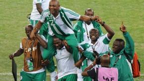 Stephen Keshi wird von seinem Team aus dem Stadion getragen