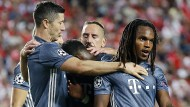 Zwei Torschützen: Robert Lewandowski (links) gratuliert Renato Sanches (rechts) zu dessen Treffer zum 2:0. Lewandowski hatte die Führung erzielt.