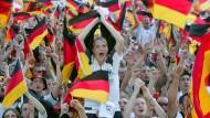 Schwarz-Rot-Gold: Millionen Menschen feierten während des WM-Sommers 2006 in Deutschland beim Public Viewing