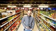 Mitten im Leben: Holgr Stanislawski in seinem Lebensmittelladen