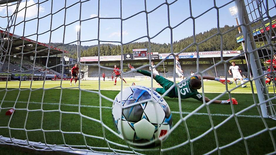Volltreffer: Die Bundesliga hat die Corona-Prüfung bestanden, es bleiben aber Sorgen.