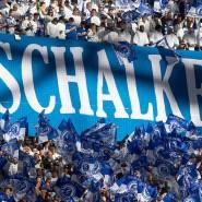 Dicht gedrängt: Normalerweise geht es in den Fußballstadien wie hier in Gelsenkirchen 2019 äußerst eng zu.