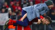 Gemeinsame Freude ist die schönste Freude: Thomas Müller (oben) jubelt nach Spielende mit Teamkollege Niklas Süle.